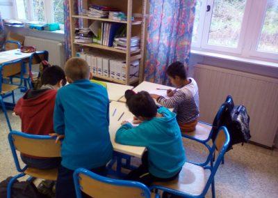 Enfants autour d'une table travaillant ensemble