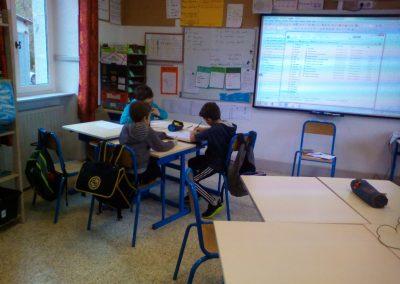 Tableau blanc interactif et enfants travaillant ensemble